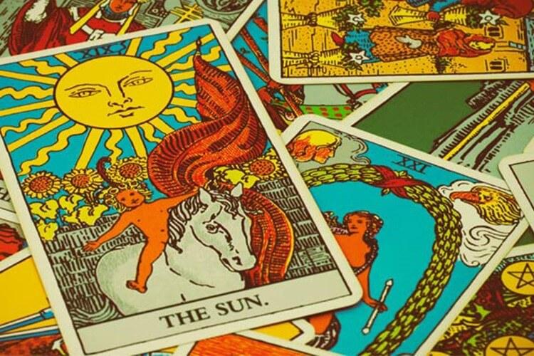 TAROT READING IN UBUD WITH NOVIANA KUSUMAWARDHANI TAROT CARDS